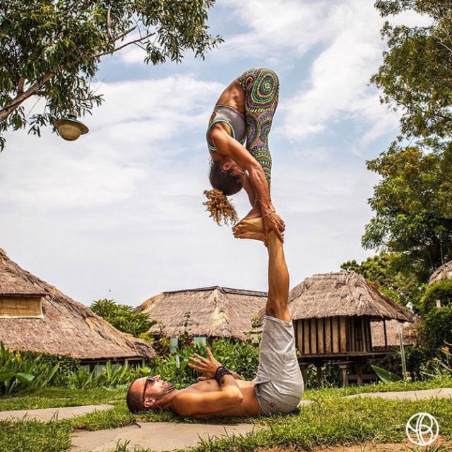 Семейная пара занимается йогой во время путешествий по миру 0 12d027 639bbfd8 orig