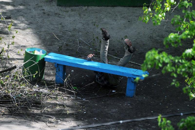 Фотограф четыре года снимал, что происходит на лавочке в украинском дворе