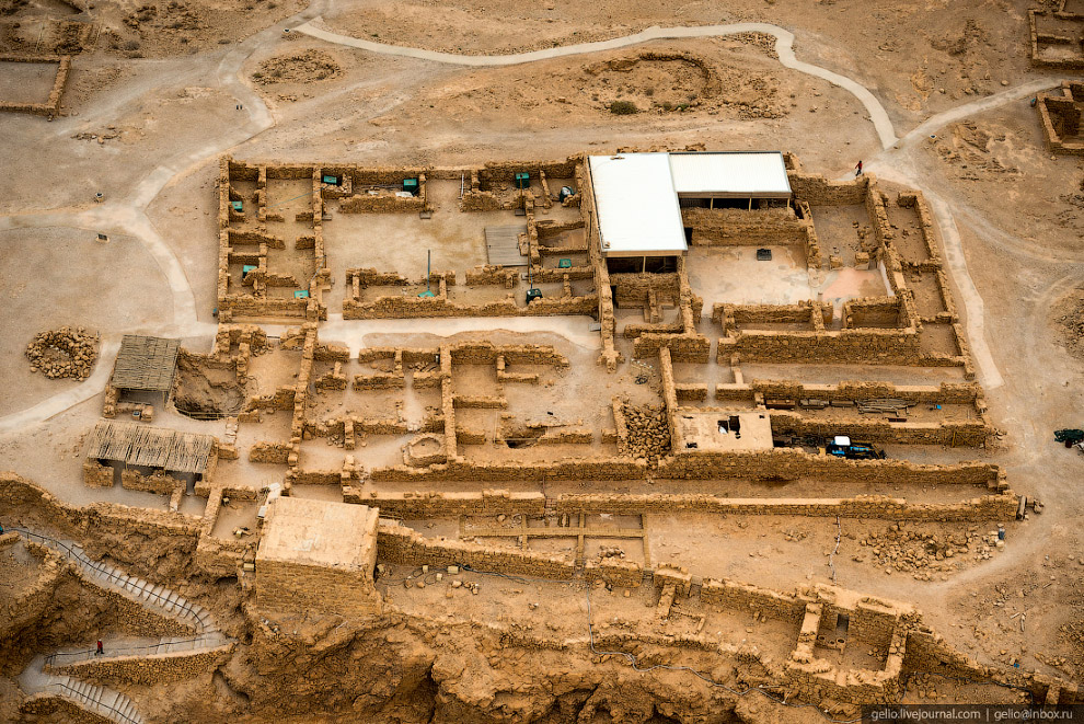 48. На вершине скалы сохранились фрагменты дворца Ирода, синагоги, резервуаров для воды, бани и басс