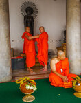 Одеть монаха