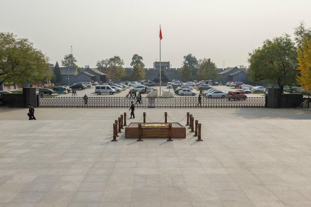 Площадь перед музеем