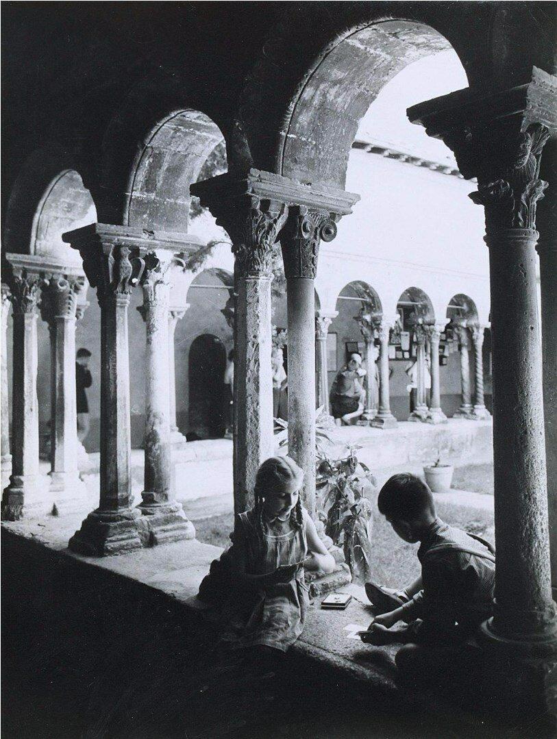 1950. Дети играют в карты в монастыре