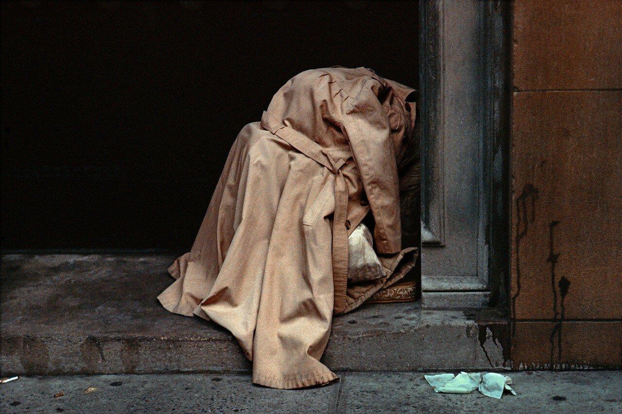1984. Бездомный в плаще