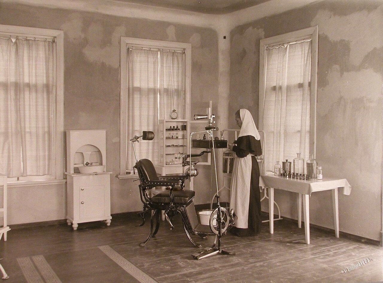 27. Сестра милосердия в зубоврачебном кабинете больницы