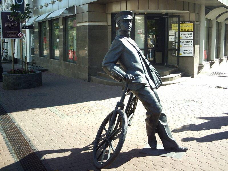 Памятник велосипедисту (или почтальону?). Нижний Новгород