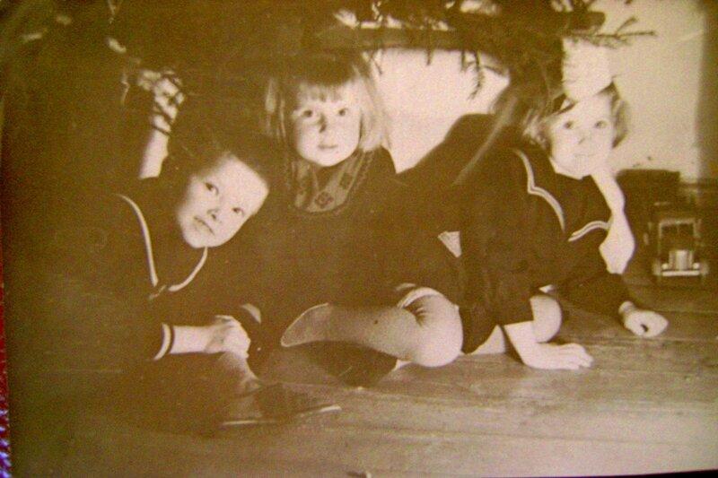 Под новогодней ёлкой в 1960 году.