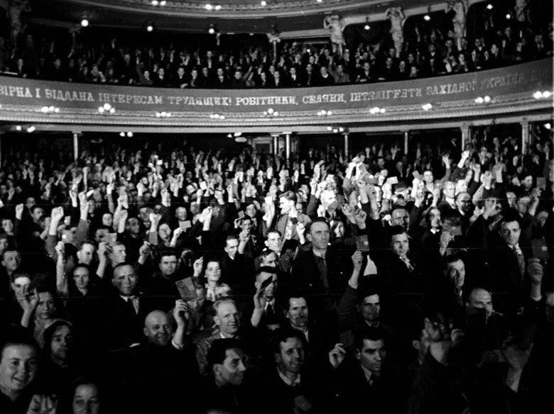 Общий вид зала во время голосования делегатов Народного собрания Западной Украины за воссоединение с УССР Октябрь 1939 г.