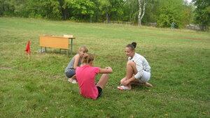 Рябчинская школа.16 сентября 2015 года. Легкоатлетический кросс. Хоть и старт скоро, а девчонкам есть что обсудить:)