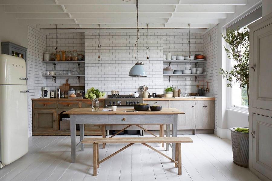 18. Грубый обеденный стол из дерева в паре с таким же кухонным гарнитуром будет смотреться очень впе