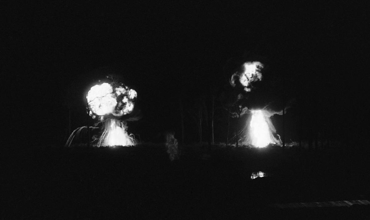 Два взрыва, взметнувшиеся над лагерем американского спецназа, в результате действий со стороны вьетнамских партизан в 90 км к северо-западу от Сайгона