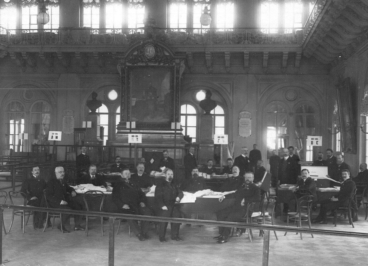 Апрель 1906. Избирательная комиссия по выборам выборщиков в Первую Государственную думу за подсчетом голосов в главном зале Городской думы.