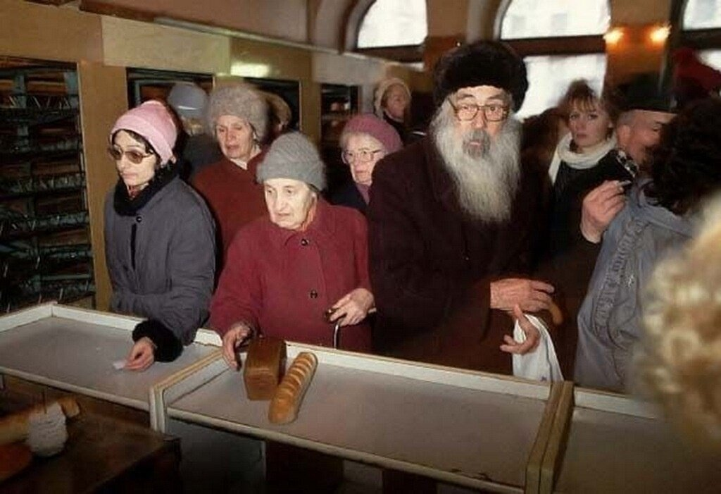 1991. Москва. Люди должны стоять в длинных очередях, чтобы купить что-нибудь из того, что появляется в магазинах