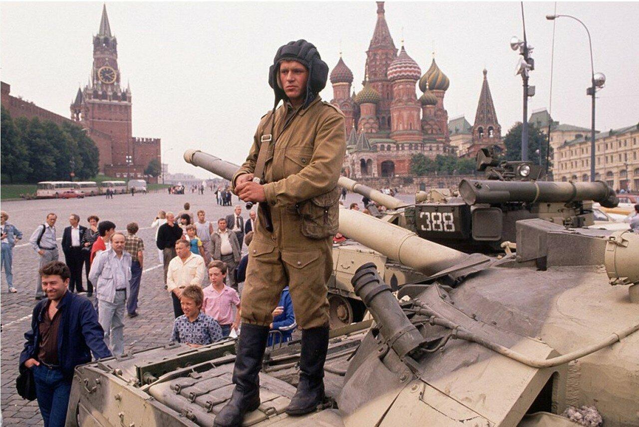 1991. Москва. Солдаты и танки на Красной площади и вокруг Кремля в начале переворота