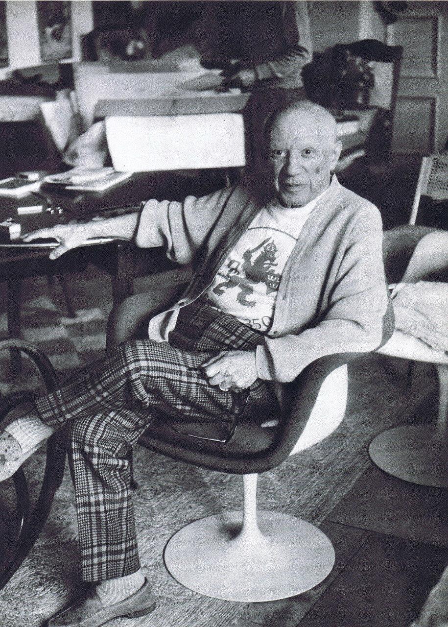 Пикассо сидящий в кресле