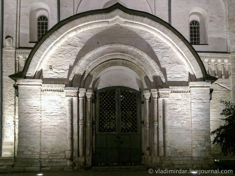 Южные врата Собора Рождества Богородицы Суздальского кремля.