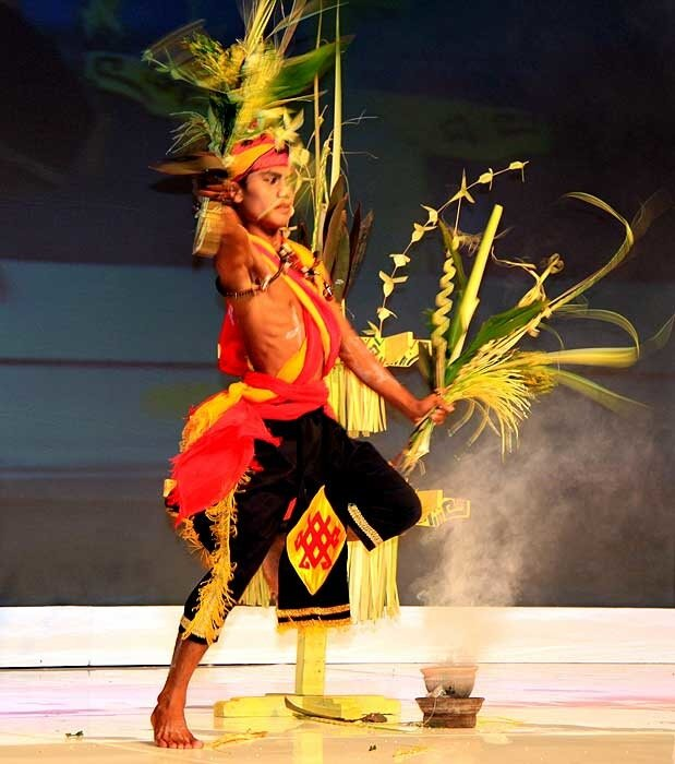 даякский танец Tandik Balian