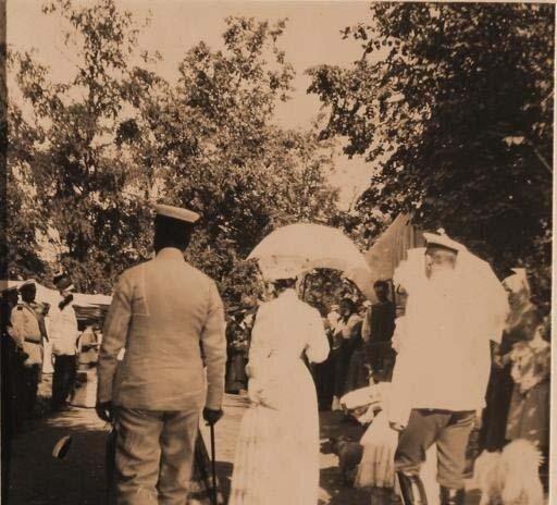 Гости князей Юсуповых среди крестьян в имении