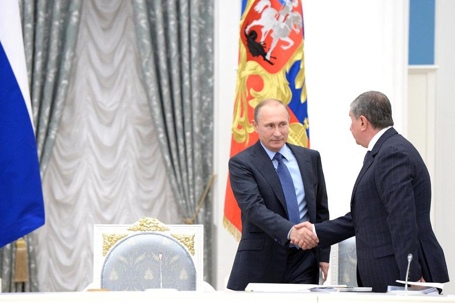 Путин и Сечин на комиссии по ТЭК, 27.10.15.png