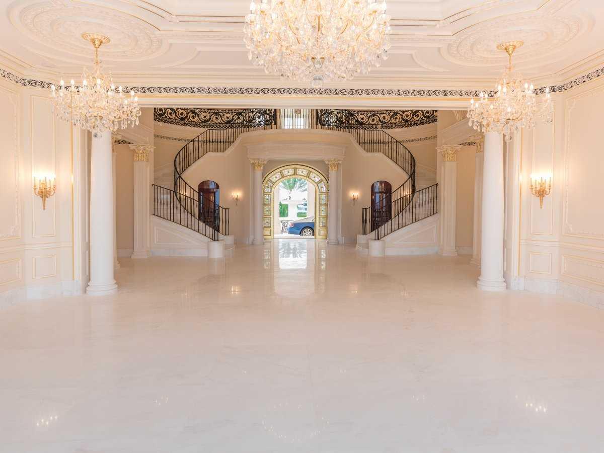 7. Вот так выглядит лестница за 2 млн долларов. Она сделана из южноафриканского мрамора, для ее возв