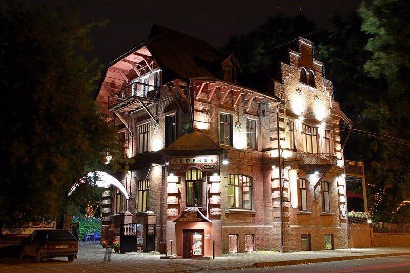 Здание кофейни рядом с к/т Октябрь (бывший дом врача Левицкого) с ночной подсветкой - фото ночного города Кирова 2015