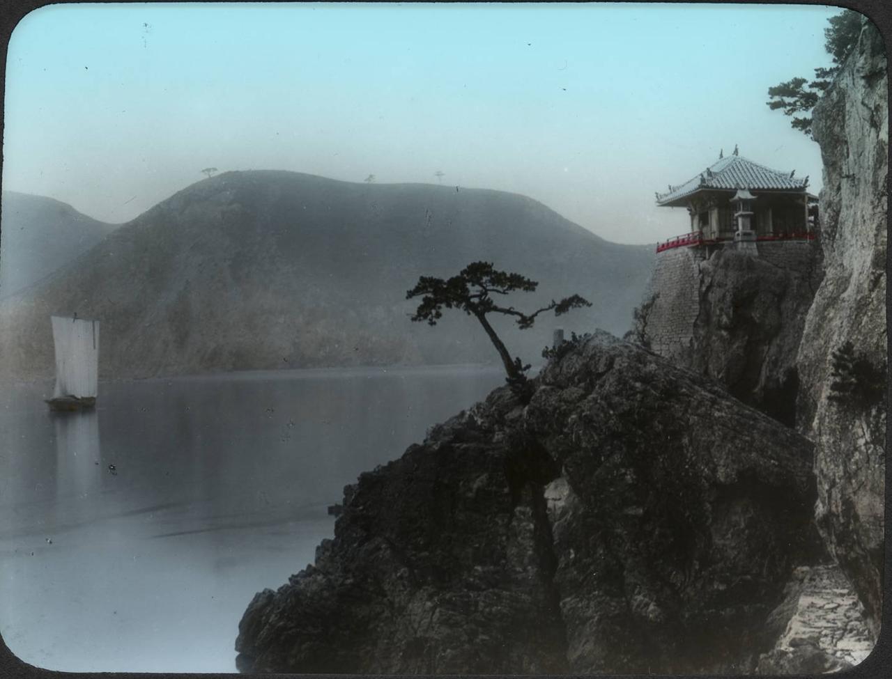 Окрестности Томоноцу. Маленький храм на мысе Абуто, посвященный богине Каннон-до
