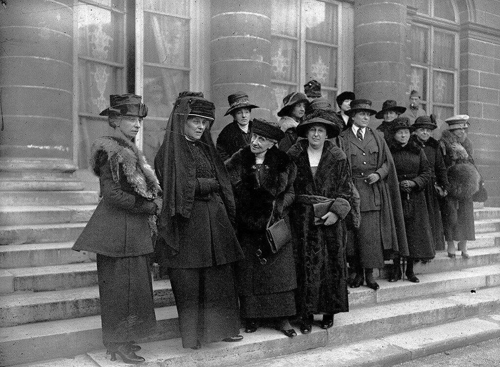 1910. Суфражистки на ступеньках Министерства Иностранных дел