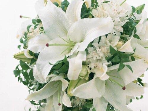 Открытка с днем рождения с цветами лилии