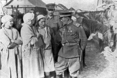 С.А. Ковпак во время Карпатского рейда беседует с крестьянами