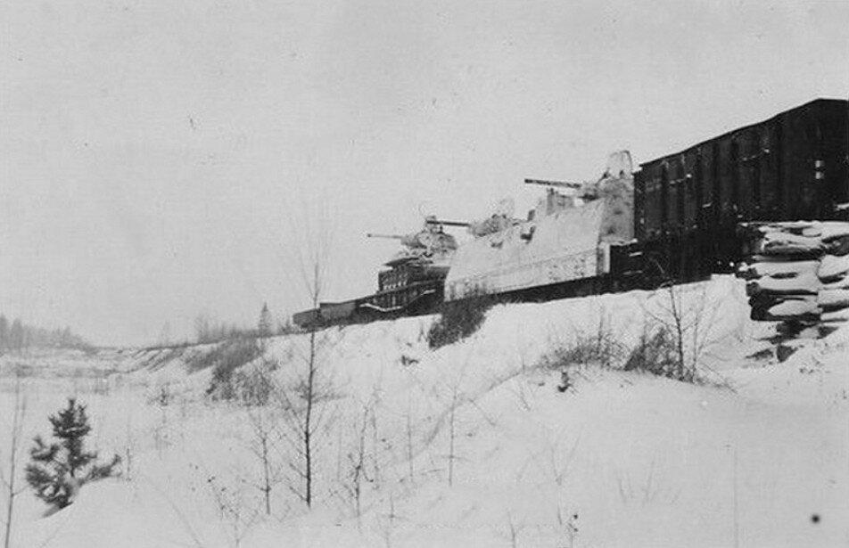 Брошенная бронеплощадка с башнями от танка Т-34.