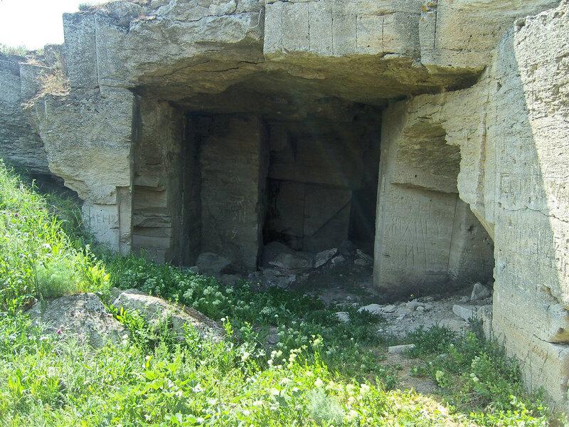 Ак-Монайские каменоломни. Один из входов