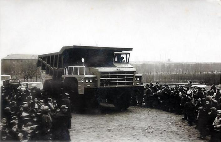 В июле 1956 г. первая партия китайского производства Jiefang грузовик из Чанчунь Первый автомобильный завод Благовещения.jpg