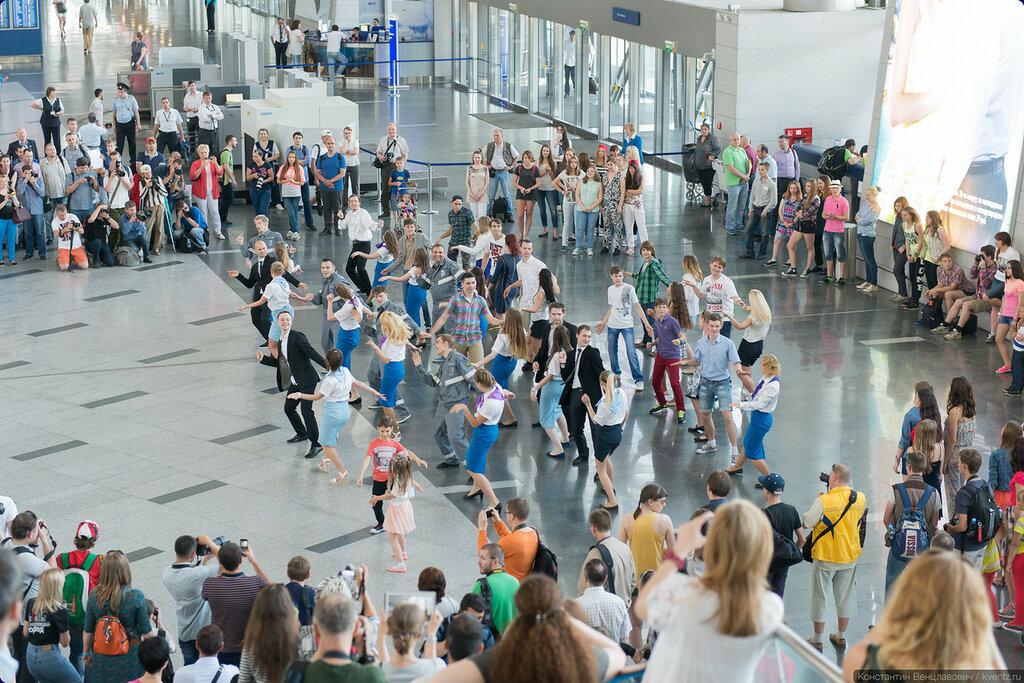 Внезапно некоторые пассажиры и работники аэропорта начали танцевать!