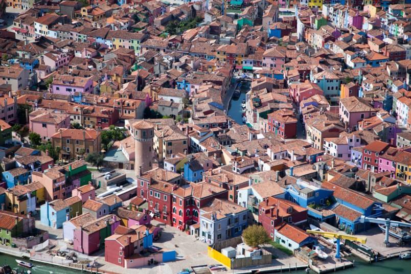 18. Ярко окрашенные дома, Бурано, Италия. (Alex MacLean / Beetles+Huxley)