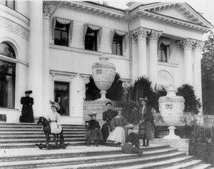 Дети П.А.Столыпина на лестнице Елагина дворца (слева направо) сын Аркадий (на лошадке), дочь Александра, дочь Мария, дочь Наталья, дочь Ольга, дочь Елена (сидит).