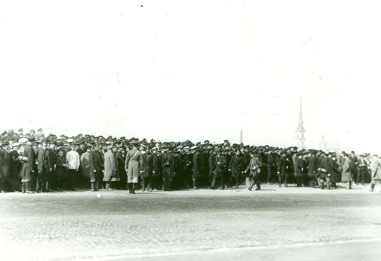Толпы народа на Дворцовой набережной в ожидании проезда императора Николая II в Зимний дворец на прием членов Городского Совета и депутатов Первой Государственной думы