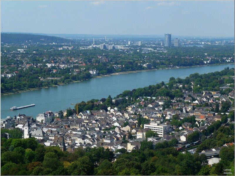 Рейн и вид на Бонн (справа) с замка Драхенбург.