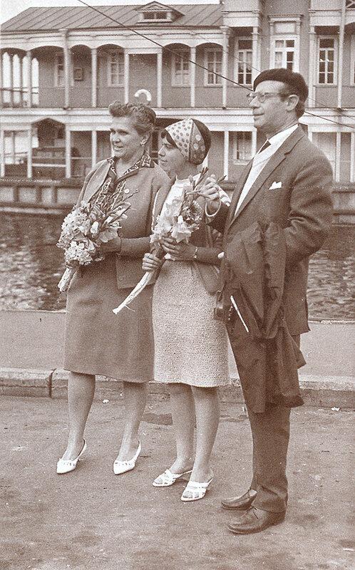 Светлана Собинова с дочерью Ириной и мужем Львом Кассилем на волжском причале. Ярославль, 16 августа 1964 года.