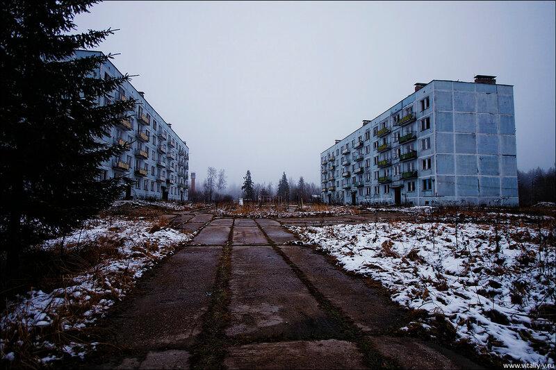 В заброшенный военный городок