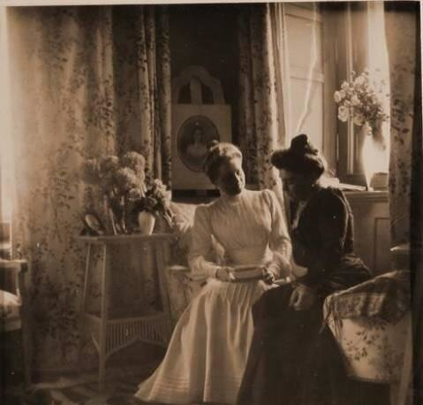 Княгиня З.Н.Юсупова (слева) с подругой, за спиной княгини - портрет её умершей сестры Татьяны Николаевны.