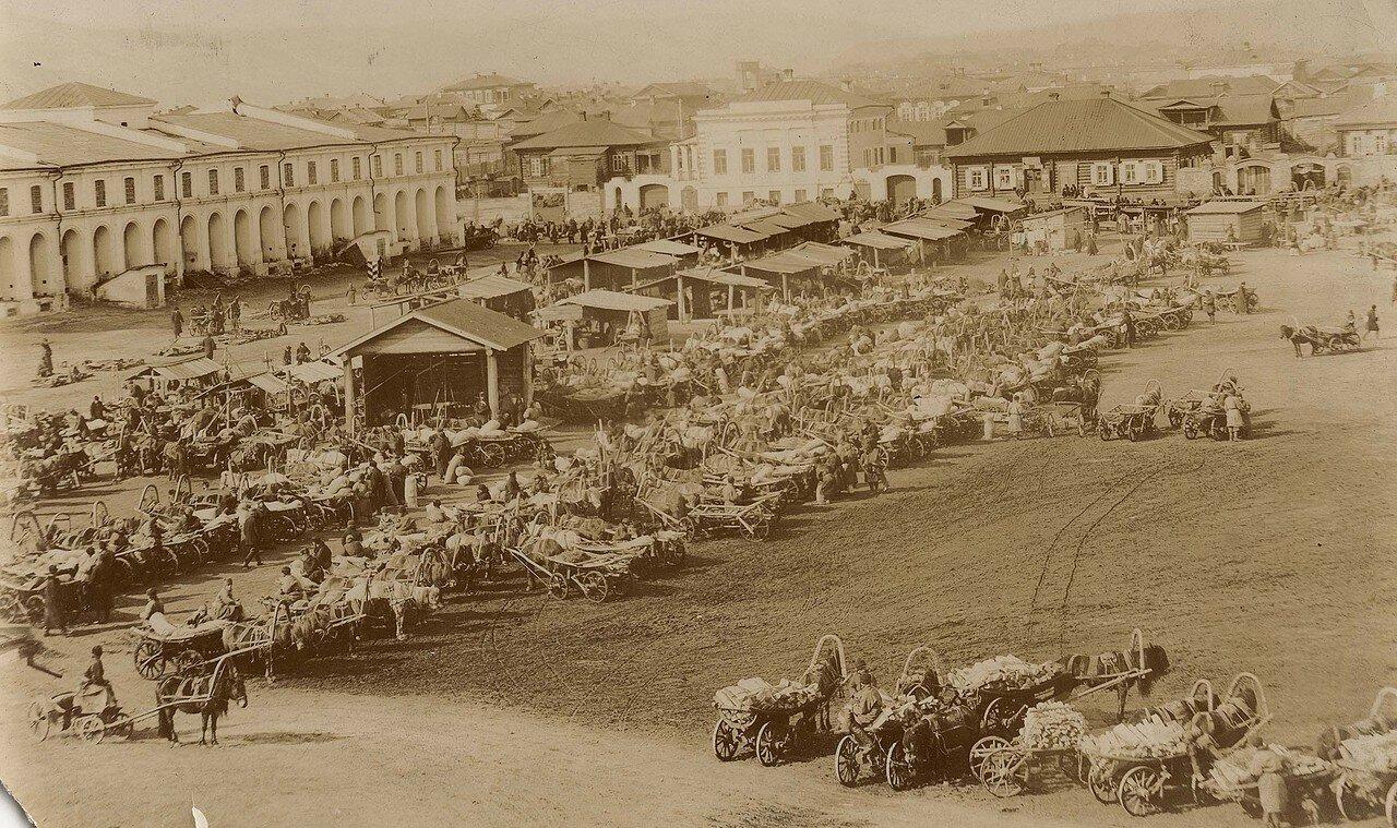 Старо-базарная площадь в юго-западной части с видом на гостиный двор. 1890-е