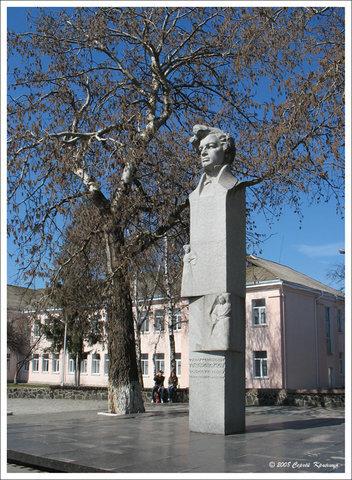 Памятник композитору С.Гулаку-Артемовскому, уроженцу Городища