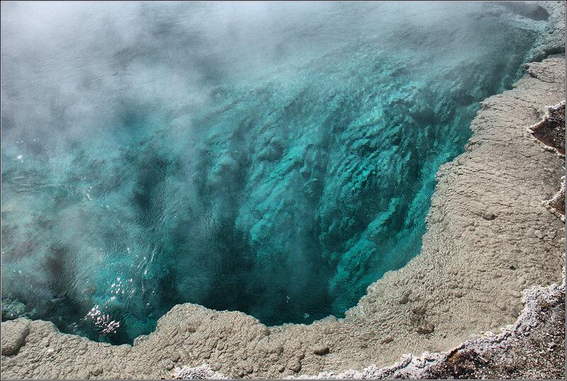 Бассейн.....гейзер, говорят - 16 метров глубиной...