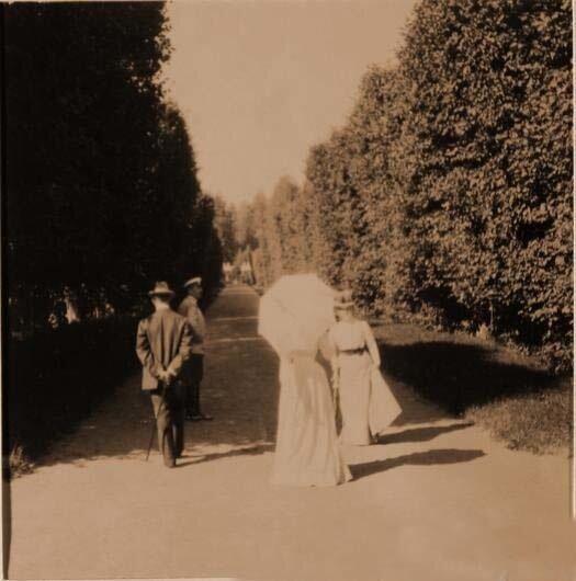 Князь Юсупов, граф Сумароков-Эльстон Ф.Ф. (слева на дальнем плане) со своими гостями во время прогулки в парке имения
