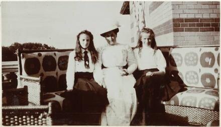 Княжна императорской крови Ирина Александровна и Великая княжна Ольга Николаевна с фрейлиной Анной Вырубовой.