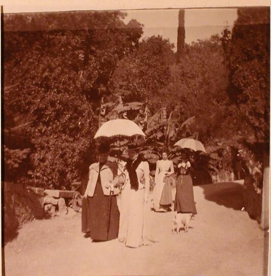 Княгиня З.Н.Юсупова (справа в первой паре) со своими гостями во время прогулки.