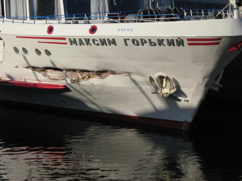 Пробоина в носовой части теплохода 'Максим Горький', Верхне-Свирский шлюз