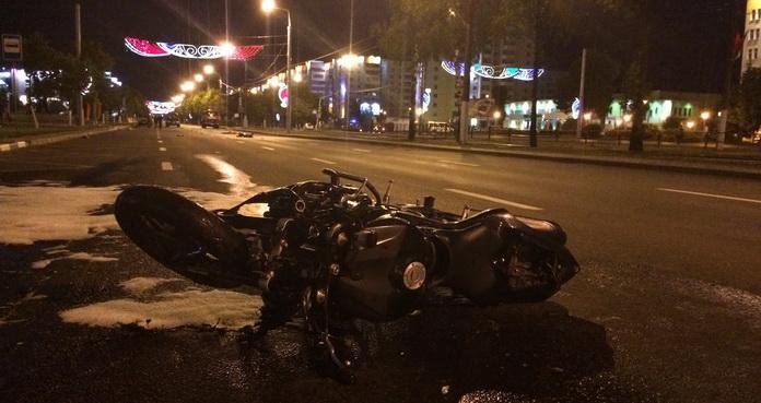 В результате ДТП водитель мотоцикла и пешеходы — 27-летний мужчина и 26-летняя женщина — погибли