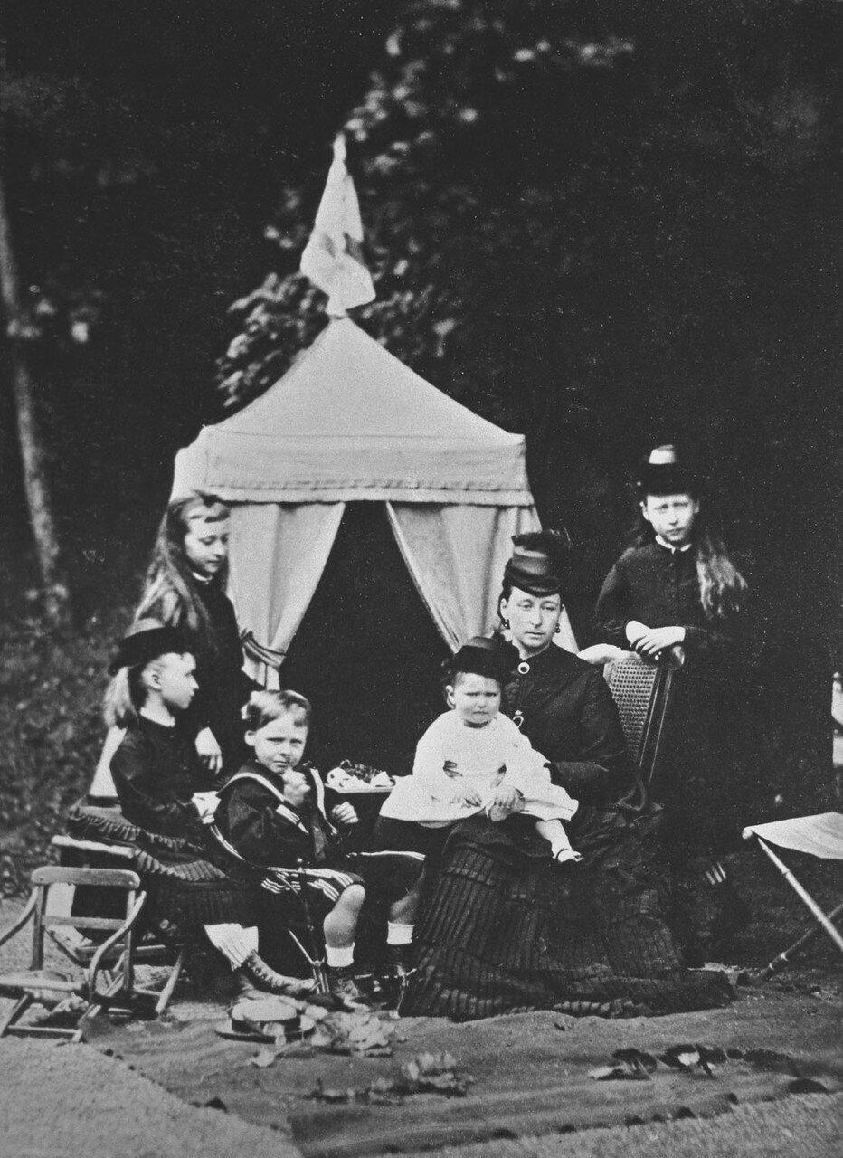 1873. Алиса, великая герцогиня Гессенская и Рейнская и ее дети. Стоят Елизавета («Элла»; 1 ноября 1864 — 18 июля 1918) и Ирена (11 июля 1866 — 11 ноября 1953). Сидят Эрнст Людвиг (25 ноября 1868 — 9 октября 1937); Алиса («Аликс»; 6 июня 1872 — 17 июля 191