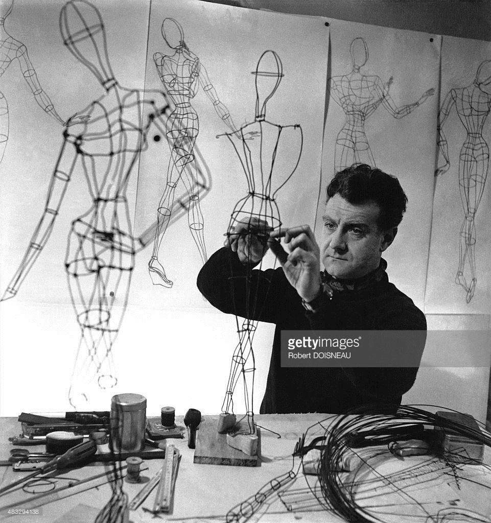 1945. Скульптор Жан Сен-Мартен, создающий манекен для выставки «Theatre de la Mode»