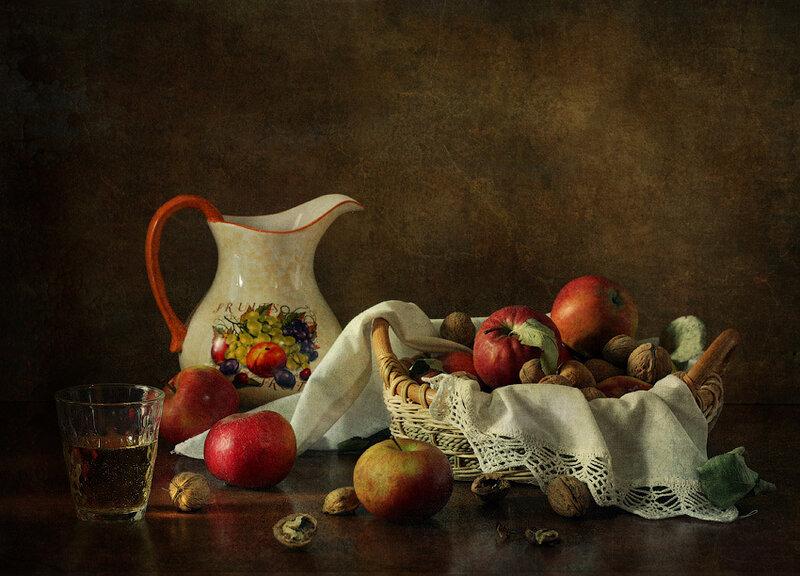 Яблоки и грецкие орехи